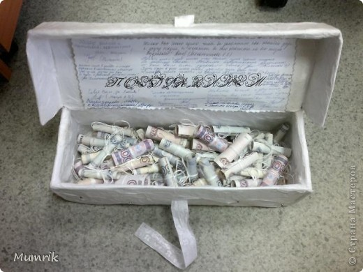 """Решили сделать сотруднице нашего отдела оригинальный подарок по случаю свадьбы. Много чего думали, но девушка сама настояла на бональном подарке - """"деньги"""". Просто дарить конверт - как-то не интересно.  И вот у меня родилась идея. Решила сделать праздничную коробочку. Обычную коробку из под обуви заклеила белой бумагой. Заклеивала обычным клеем сваренным из крахмала (первоначально с клеем переборщила и коробку слегка повело). По верх белой бумаги обклеила коробку тоненькой бумагой (в эту бумагу обувь заворачивают и кладут в коробки. Вот из коробок с обувью я эту бумагу и набрала). Клеила тонкую бумагу на уже ПВА. Клеила точечно, чтобы создавался эффект помятости. Потом из фольги накрутила сердечек и уголки (насмотрелась на этом сайте работ из фольги - ну оч понравились). По техники оригами собрала платье и рубашечку. Подмазала блестками. Т.к. бумага оч тонкая, клей ПВА был оч виден желтыми пятнами. Пришлось взять перламутровую гуашь и подкрасить немного. Потом на крышку и по всей коробке россыпью наклеила немного страз. фото 4"""