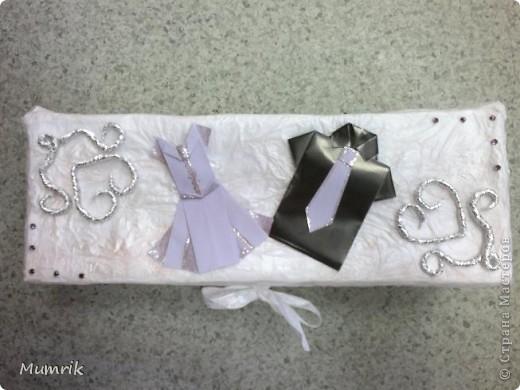 """Решили сделать сотруднице нашего отдела оригинальный подарок по случаю свадьбы. Много чего думали, но девушка сама настояла на бональном подарке - """"деньги"""". Просто дарить конверт - как-то не интересно.  И вот у меня родилась идея. Решила сделать праздничную коробочку. Обычную коробку из под обуви заклеила белой бумагой. Заклеивала обычным клеем сваренным из крахмала (первоначально с клеем переборщила и коробку слегка повело). По верх белой бумаги обклеила коробку тоненькой бумагой (в эту бумагу обувь заворачивают и кладут в коробки. Вот из коробок с обувью я эту бумагу и набрала). Клеила тонкую бумагу на уже ПВА. Клеила точечно, чтобы создавался эффект помятости. Потом из фольги накрутила сердечек и уголки (насмотрелась на этом сайте работ из фольги - ну оч понравились). По техники оригами собрала платье и рубашечку. Подмазала блестками. Т.к. бумага оч тонкая, клей ПВА был оч виден желтыми пятнами. Пришлось взять перламутровую гуашь и подкрасить немного. Потом на крышку и по всей коробке россыпью наклеила немного страз. фото 1"""