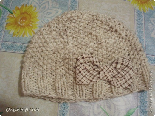 К осенним холодам связалась вот такая шапочка. Дочурке понравилась.