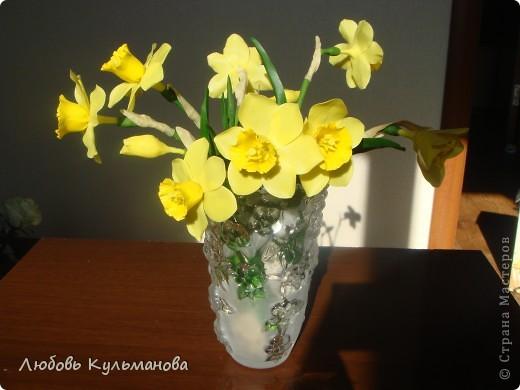 Нарциссы слепила уже давно, стояли они у меня в стакане, все вазу для них подбирала, вот нашла наконец-то.:) В вазе совсем другое дело смотрится совершенно по-другому. Понравилось очень лепить эти цветы и вообще они клевые, яркие такие, поднимают настроение. Недаром говорят, что в интерьере должно присутсвовать что-то желтое или оранжевое для бодрости и оптимизма! фото 1