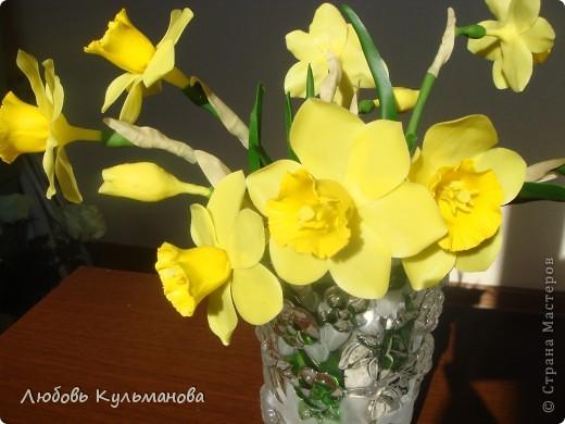 Нарциссы слепила уже давно, стояли они у меня в стакане, все вазу для них подбирала, вот нашла наконец-то.:) В вазе совсем другое дело смотрится совершенно по-другому. Понравилось очень лепить эти цветы и вообще они клевые, яркие такие, поднимают настроение. Недаром говорят, что в интерьере должно присутсвовать что-то желтое или оранжевое для бодрости и оптимизма! фото 2