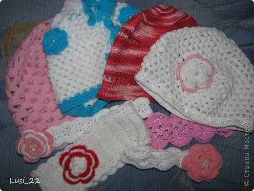 Вот таких шапочек и повязочек навязала своей дочурке. Предлагаю вашему просмотру. Может и вам что-нибудь приглянётся. фото 1