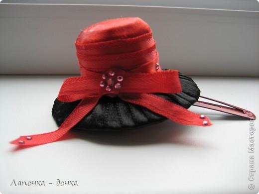 Вот она какая! Верх шляпки был сделан из деревянной пробки, которая была обклеена и обмотана лентой, приклеивала все на прозрачный клей- момент. фото 1