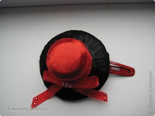 Вот она какая! Верх шляпки был сделан из деревянной пробки, которая была обклеена и обмотана лентой, приклеивала все на прозрачный клей- момент. фото 2