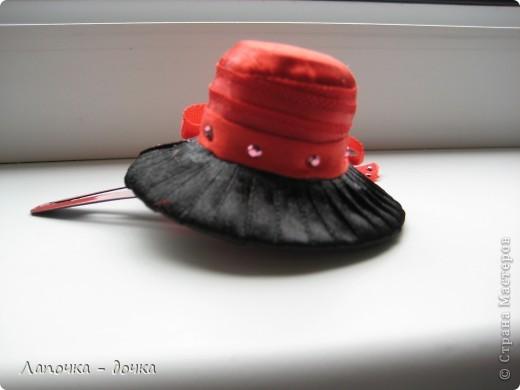 Вот она какая! Верх шляпки был сделан из деревянной пробки, которая была обклеена и обмотана лентой, приклеивала все на прозрачный клей- момент. фото 3