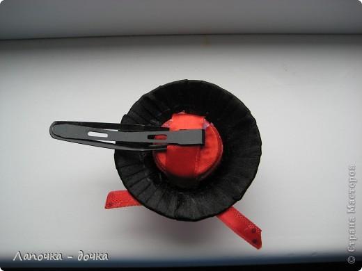 Вот она какая! Верх шляпки был сделан из деревянной пробки, которая была обклеена и обмотана лентой, приклеивала все на прозрачный клей- момент. фото 4