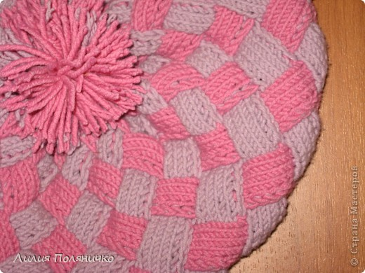 Нужна была шапка для дочки, и нашла в интернете новую технику вязки энтерлак, очень понравилось думаю еще и варежки такие же связать фото 2