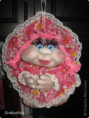 Ну вот и готов очередной попик. Это подарок для свекрови моей сестры. Она чудесная женщина, поэтому кукляшка шилась на одном дыхании. Зовут куколку Розочка. фото 1