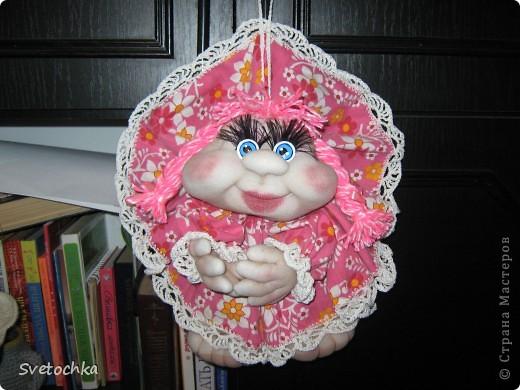 Ну вот и готов очередной попик. Это подарок для свекрови моей сестры. Она чудесная женщина, поэтому кукляшка шилась на одном дыхании. Зовут куколку Розочка. фото 2