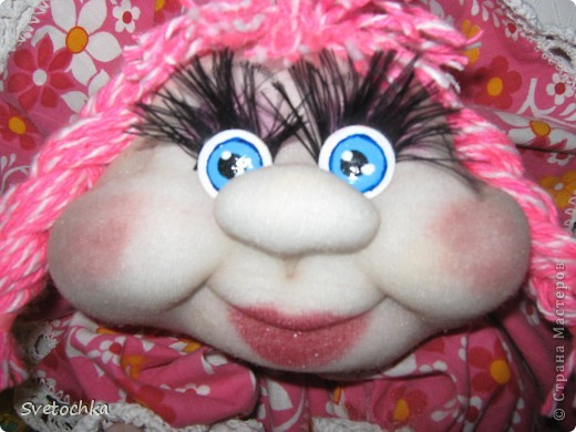 Ну вот и готов очередной попик. Это подарок для свекрови моей сестры. Она чудесная женщина, поэтому кукляшка шилась на одном дыхании. Зовут куколку Розочка. фото 3