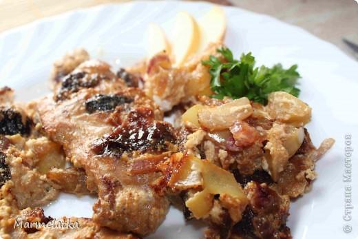 Куриное филе с черносливом и яблоком
