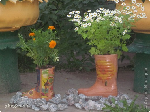 """Этим летом, моя подруга Юлия, собралась с духом и сделала на своем участке вазоны (вазоны из старых покрышек).Но что-то между ними  не хватало)))))) И я подарила ей """"сапожки"""":)  фото 2"""