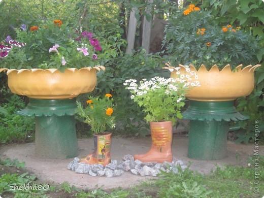 """Этим летом, моя подруга Юлия, собралась с духом и сделала на своем участке вазоны (вазоны из старых покрышек).Но что-то между ними  не хватало)))))) И я подарила ей """"сапожки"""":)  фото 1"""