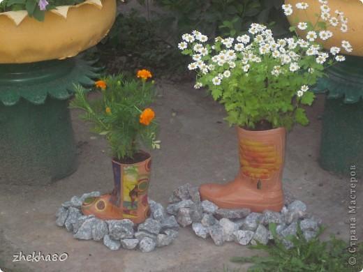 """Этим летом, моя подруга Юлия, собралась с духом и сделала на своем участке вазоны (вазоны из старых покрышек).Но что-то между ними  не хватало)))))) И я подарила ей """"сапожки"""":)  фото 3"""