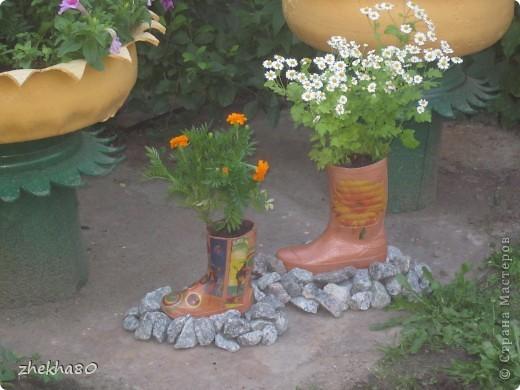 """Этим летом, моя подруга Юлия, собралась с духом и сделала на своем участке вазоны (вазоны из старых покрышек).Но что-то между ними  не хватало)))))) И я подарила ей """"сапожки"""":)  фото 4"""