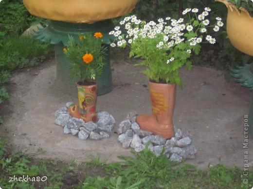 """Этим летом, моя подруга Юлия, собралась с духом и сделала на своем участке вазоны (вазоны из старых покрышек).Но что-то между ними  не хватало)))))) И я подарила ей """"сапожки"""":)  фото 5"""