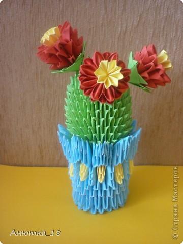 Моей маме очень нравятся поделки из модульного оригами. Поэтому я стараюсь почаще радовать её разными фигурками. На этот раз кактус, о котором она давно мечтала. Мечтала о настоящем, а получила вечноцветущий) Теперь он стоит на окне рядом с комнатными цветами. фото 1