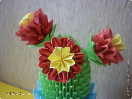 Моей маме очень нравятся поделки из модульного оригами. Поэтому я стараюсь почаще радовать её разными фигурками. На этот раз кактус, о котором она давно мечтала. Мечтала о настоящем, а получила вечноцветущий) Теперь он стоит на окне рядом с комнатными цветами. фото 2