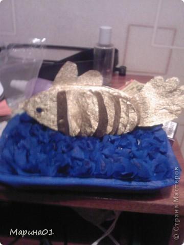 """Вот такая рыбка у нас выросла за ночь. Сыну в школе нужно было сделать поделку или аппликацию на тему """"Сказки"""". И нам пришла идея """"Золотая рыбка"""". Задумка была сделать более объемную работу, но так как, мы все разболелись и времени оставалась буквально одна ночь, получилось рыбка вот такой.  фото 2"""