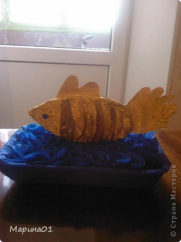 """Вот такая рыбка у нас выросла за ночь. Сыну в школе нужно было сделать поделку или аппликацию на тему """"Сказки"""". И нам пришла идея """"Золотая рыбка"""". Задумка была сделать более объемную работу, но так как, мы все разболелись и времени оставалась буквально одна ночь, получилось рыбка вот такой.  фото 1"""