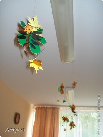 Осеннее оформление.Вырезала я листья из пластиковых бутылок и цветного картона.Потом подвесила к лампам. фото 1