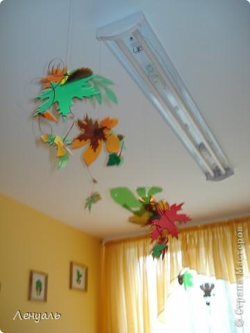 Осеннее оформление.Вырезала я листья из пластиковых бутылок и цветного картона.Потом подвесила к лампам. фото 2