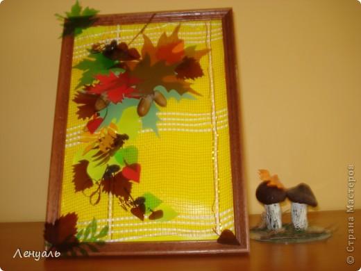 Мои осенние картины.Делала я их из различных материалов,из того что было под рукой.Листья вырезала из пластиковых бутылок и цветного картона,также использовала декоративную сеточку.Потом приклеила желуди. фото 2
