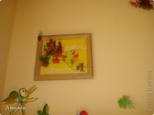 Мои осенние картины.Делала я их из различных материалов,из того что было под рукой.Листья вырезала из пластиковых бутылок и цветного картона,также использовала декоративную сеточку.Потом приклеила желуди. фото 3