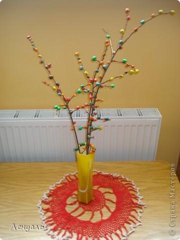 Эту осеннюю веточку мы делали вместе с детьми.Мы вместе с детками катали из пластилина цветные шарики и прилепляли их к веточке.По-моему получилось очень мило.