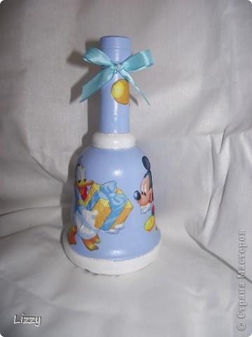 Бутылка на день рождения мальчику. Форму заказчица выбирала сама. Постаралась учесть все пожелания: белый с голубым и немного серебра.. Результатом в общем довольна. Фото со вспышкой. фото 1