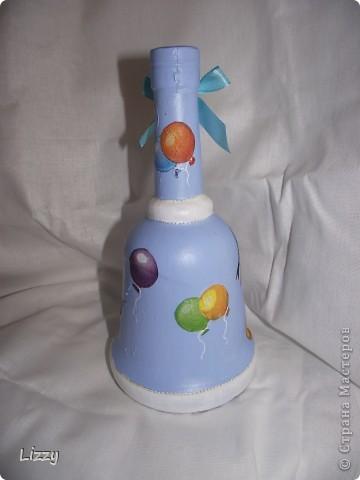 Бутылка на день рождения мальчику. Форму заказчица выбирала сама. Постаралась учесть все пожелания: белый с голубым и немного серебра.. Результатом в общем довольна. Фото со вспышкой. фото 3