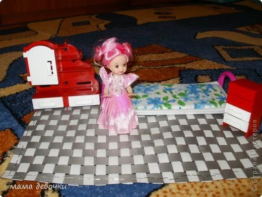 Ну наконец-то нам сегодня привезли в детскую шкаф-купе, упаковки много, вот я и решила сделать коврик для дочки, не знаю как правильно называются эти ленточки но ими упаковывают коробки, жалко было их выбрасывать прибрала до лучших времен, но когда дочка уснула не вытерпела и решила сплести коврик для кукол!!! Правда не совсем нравится как закрепила - степлером, но больше ничего придумать не смогла, пробовала спичками, только запах, а толку - ноль. Что получилось судить вам дорогие мастерицы!!!! Буду надеяться что дочке понравится!!! Утром узнаю!!!