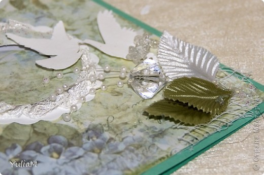 Всем доброго осеннего дня! Накопилось у меня немножко открыточек, коими и хочется похвастаться.:)) №1 - моя первая свадебная открытка, чем я неимоверно горжусь! Ездила за картоном и прикупила диайнерскую скрапбумагу, сразу идея открытки возникла.  фото 3