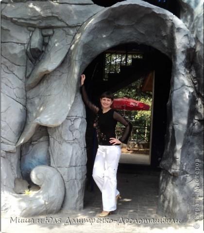 Приглашаем Вас прогуляться с нами по парку отдыха Бомбора. Вон он виднеется за моей спиной. Пригшли мы в пятницу, народу почти не было и можнго было свободно погулять под музыку раздающуюся вдоль всех алеек парка. Очень романтично хочу Вам сказать! :) фото 6