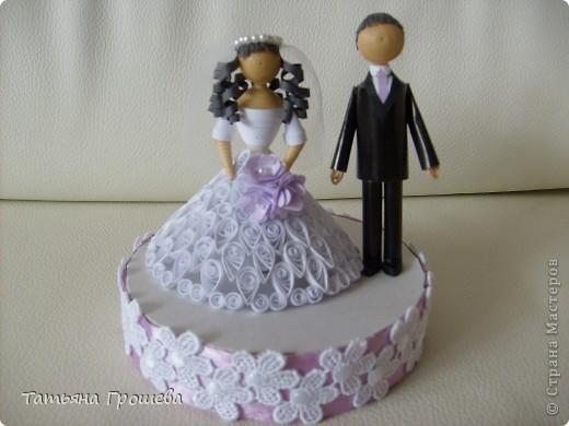 У нас скоро свадьба, дочка выходит замуж. Она попросила меня сделать приглашения на свадьбу, а дальше пошло-поехало. Сделала приглашения, потом торт из бонбоньерок, потом бокалы. На очереди подушечка для колец и квиллинговые фигурки жениха и невесты. фото 14