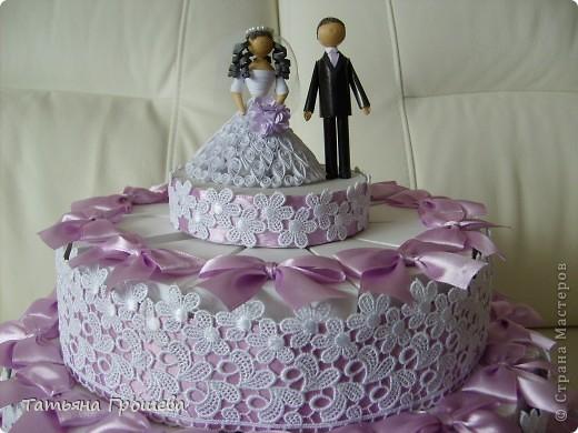 У нас скоро свадьба, дочка выходит замуж. Она попросила меня сделать приглашения на свадьбу, а дальше пошло-поехало. Сделала приглашения, потом торт из бонбоньерок, потом бокалы. На очереди подушечка для колец и квиллинговые фигурки жениха и невесты. фото 13