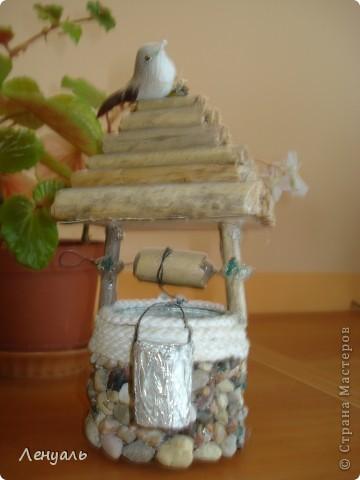 Мои первые домики.Один домик сделан из маленькой баночки,а крышу обклеила соломой.Другой домик сделан из камешков.Потом сделала еще колодец. фото 3