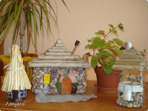 Мои первые домики.Один домик сделан из маленькой баночки,а крышу обклеила соломой.Другой домик сделан из камешков.Потом сделала еще колодец. фото 1