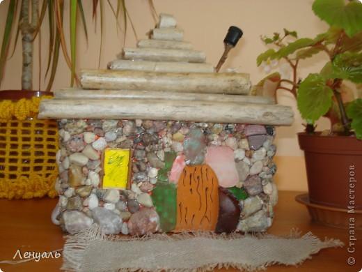 Мои первые домики.Один домик сделан из маленькой баночки,а крышу обклеила соломой.Другой домик сделан из камешков.Потом сделала еще колодец. фото 4