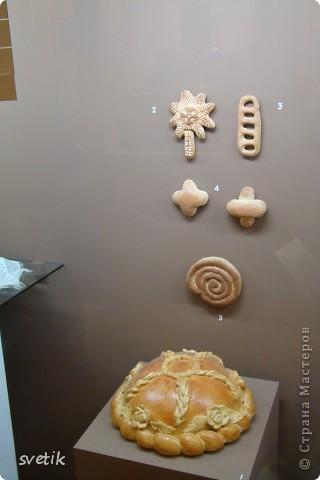 Сегодня приглашаю Вас прогуляться с нами по музею хлеба. Музей будет интересен не только взрослым, но и детям. Заходим и видим  такую красоту.  Мельница из знакомых всем хлебобулочных изделий))) фото 18