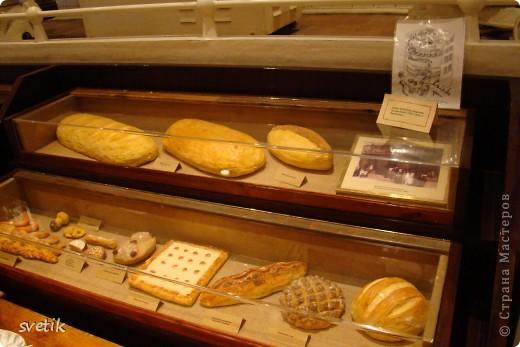 Сегодня приглашаю Вас прогуляться с нами по музею хлеба. Музей будет интересен не только взрослым, но и детям. Заходим и видим  такую красоту.  Мельница из знакомых всем хлебобулочных изделий))) фото 41