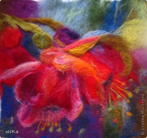 """Это реплика с картины Дженифер Боуман """"Фуксии"""" акрил.  Это моя первая самостоятельная работа. 25х25 см. Мокрое валяние. Меня подкупила цветовая гамма, несколько утрированная, но очень органичная."""