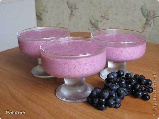 Всем привет! Хотите сладенького? ;)) Угощайтесь :)  Виноградный мусс. 1 стакан мелкого винограда, 1 стакан сахара, 3 ст.л. (с горкой) манки. Из ягод выдавить сок, процедить через сито, поставить в холодильник. Выжымки от ягод залить 3 стаканами кипятка и прокипятить 5 минут, процедить. На полученном отваре заварить манную крупу, всыпая ее в кипящий отвар постепенно при помешивании. Проварить на медленном огне 20 минут, потом всыпать сахар, дать массе закипеть и снять с огня.  Остудить до комнатной температуры (горячим не взбивать!), влить отжатый ранее сок. Взбивать миксером до увеличения объема в 2-3 раза. Разлить по креманкам, поставить в холодильник на 2-3 часа.  фото 1