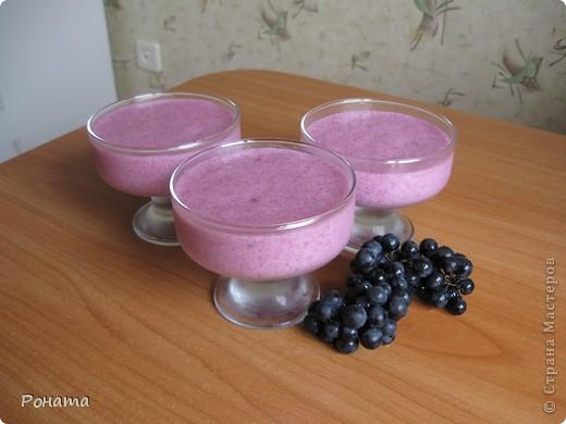 Всем привет! Хотите сладенького? ;)) Угощайтесь :)  Виноградный мусс. 1 стакан мелкого винограда, 1 стакан сахара, 3 ст.л. (с горкой) манки. Из ягод выдавить сок, процедить через сито, поставить в холодильник. Выжымки от ягод залить 3 стаканами кипятка и прокипятить 5 минут, процедить. На полученном отваре заварить манную крупу, всыпая ее в кипящий отвар постепенно при помешивании. Проварить на медленном огне 20 минут, потом всыпать сахар, дать массе закипеть и снять с огня.  Остудить до комнатной температуры (горячим не взбивать!), влить отжатый ранее сок. Взбивать миксером до увеличения объема в 2-3 раза. Разлить по креманкам, поставить в холодильник на 2-3 часа.  фото 3