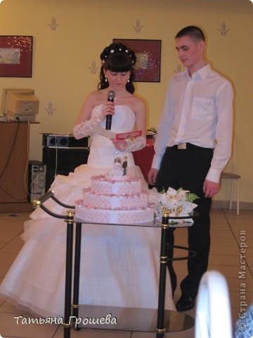 У нас скоро свадьба, дочка выходит замуж. Она попросила меня сделать приглашения на свадьбу, а дальше пошло-поехало. Сделала приглашения, потом торт из бонбоньерок, потом бокалы. На очереди подушечка для колец и квиллинговые фигурки жениха и невесты. фото 15