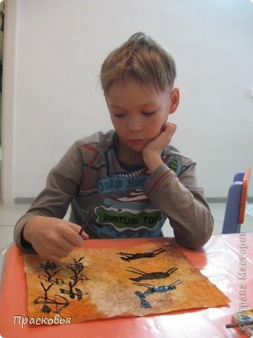 В начале этой недели мы начали изучать историю искусств. Первый урок из этого цикла посвящен первобытному искусству и пещерным изображениям. Чтобы закрепить материал ребята рисовали свои наскальные рисунки. В первый день, мы мяли бумагу, затем тонировали акварелью потом нарисовали сцены охоты. Во второй день наклеили наши рисунки на картон, вооружившись шпателем и шпатлевкой, по краю пытались имитировать поверхность камня, посушили немного феном. Ну и последний штрих - шнур и бусинки (деревянные с леопардовым рисунком). ВОТ И ВСЁ !!!  Софья фото 4