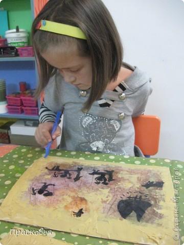 В начале этой недели мы начали изучать историю искусств. Первый урок из этого цикла посвящен первобытному искусству и пещерным изображениям. Чтобы закрепить материал ребята рисовали свои наскальные рисунки. В первый день, мы мяли бумагу, затем тонировали акварелью потом нарисовали сцены охоты. Во второй день наклеили наши рисунки на картон, вооружившись шпателем и шпатлевкой, по краю пытались имитировать поверхность камня, посушили немного феном. Ну и последний штрих - шнур и бусинки (деревянные с леопардовым рисунком). ВОТ И ВСЁ !!!  Софья фото 8
