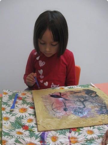 В начале этой недели мы начали изучать историю искусств. Первый урок из этого цикла посвящен первобытному искусству и пещерным изображениям. Чтобы закрепить материал ребята рисовали свои наскальные рисунки. В первый день, мы мяли бумагу, затем тонировали акварелью потом нарисовали сцены охоты. Во второй день наклеили наши рисунки на картон, вооружившись шпателем и шпатлевкой, по краю пытались имитировать поверхность камня, посушили немного феном. Ну и последний штрих - шнур и бусинки (деревянные с леопардовым рисунком). ВОТ И ВСЁ !!!  Софья фото 9