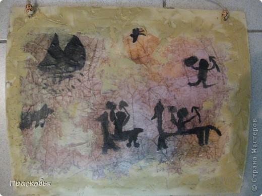 В начале этой недели мы начали изучать историю искусств. Первый урок из этого цикла посвящен первобытному искусству и пещерным изображениям. Чтобы закрепить материал ребята рисовали свои наскальные рисунки. В первый день, мы мяли бумагу, затем тонировали акварелью потом нарисовали сцены охоты. Во второй день наклеили наши рисунки на картон, вооружившись шпателем и шпатлевкой, по краю пытались имитировать поверхность камня, посушили немного феном. Ну и последний штрих - шнур и бусинки (деревянные с леопардовым рисунком). ВОТ И ВСЁ !!!  Софья фото 12
