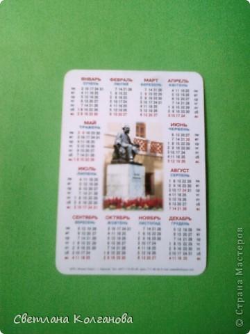 """Как вы думаете из чего сделаны эти магниты? Из...календариков! Это простая идея пришла мне в голову еще прошлым летом, когда я начала делать сувениры. Я знаю, что магниты пользуются большим спросом у туристов, но сделать магниты только из ракушек мне показалось недостаточным. Увидела в магазине календарики с крымскими пейзажами и подумала: """"Это то, что надо отдыхающим!"""". Прелесть вся в том, что себестоимость такого магнита в итоге получается небольшой - 1,20 - 1,30 грн., а значит и продавать его можно тоже недорого!    фото 2"""